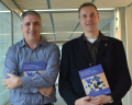 Els professors Miquel Costas i Marcel Swart mostren amb orgull el producte de dos anys d'intens treball