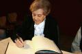 Carmina Virgili va signar el llibre d'honor de la UdG