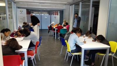 Alumnes de l'escola Veïnat de Salt, en el moment de l'avaluació final del taller a les instal·lacions UdiGital