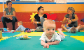 Dues mares i els seus bebés amb la psicòloga que dirigeix una sessió de l'Espai Nadó al Centre de 0 a 3 anys de Sant Felliu de Guixols.