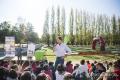 Climent responguent als alumnes al Parc de la Draga
