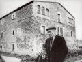 Josep Pla davant de casa seva, al Mas Pla de Llofriu (Palafrugell)
